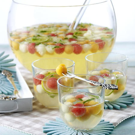 Bunte Melonen-Bowle mit Limette, Melisse, Minzlikör und Prosecco