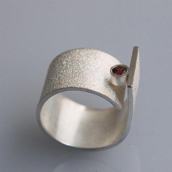 Hedendaagse minimalistische handgemaakte ring voor hem en haar! Deze ring is gemaakt van sterling zilver en heeft een 3mm granaat. Het is zeer