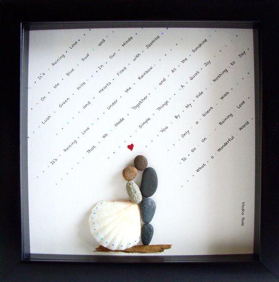 Einzigartiges Hochzeitsgeschenk - Engagement Geschenk - Weihnachten Geschenk - Paares Geschenk - Liebe Geschenk - Braut und Bräutigam Geschenk - Bridal Dusche Geschenk - Pebble Art zu feiern und schätzen den besonderen Anlass; ein außergewöhnliches Geschenk, das für viele Jahre geschätzt wird.  ✿ Original Kiesel-Art mit einem Sinn für Romantik, Geheimnis und Magie. ✿ Kommt in 8 x 8 Zoll schwarz Shadow Stil Kastenrahmen, etwa 1,5 Zoll tief. Kommt mit Glas. Außenabmessungen des Rahmens: 9 x 9…