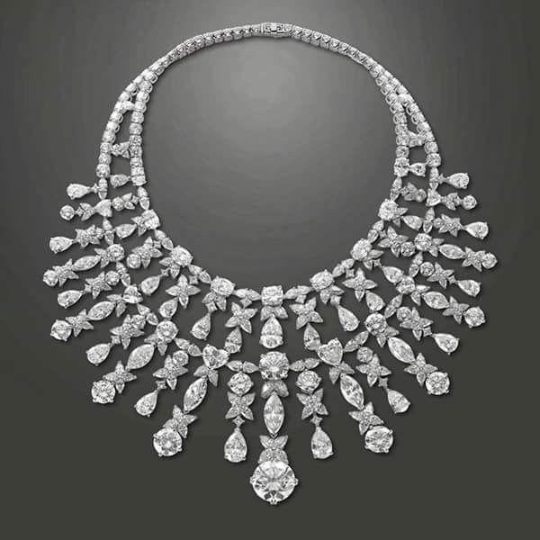 عقد من الماس والبلاتين واحجار الباجيت من مقتنيات الأسرة المالكة المصريه Reem Jewelry Diamond Flower Pendant Beautiful Necklaces