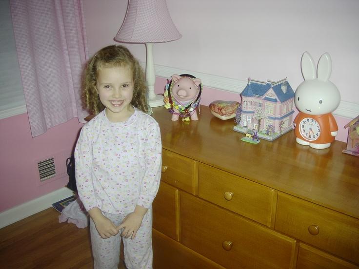 Quando ero piccola, mi piaceva il colore rosa. La mia camera e' stata rosa. Avevo sei anni nella foto. Prendevo una casa di Natale nella mia camera perche' e' stato vicino Natale nella foto. Non sono cambiata da quando ero piccola perche' amo il colore rosa e ho i capelli molti ricci. Assomigliavo a mia nonna da bambina. Ero nella mia camera e era rosa. Era molto freddo. Mi sentivo stanca. Ho suonato il pianoforte.