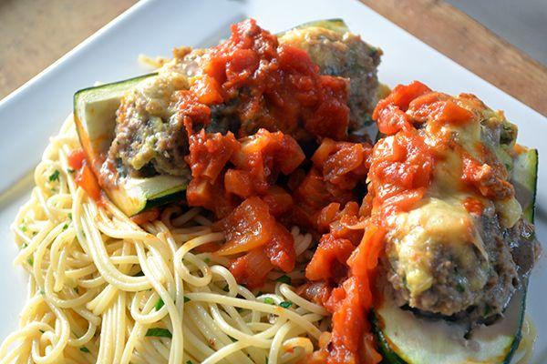 In het nieuwste kookboek van Gennaro stonden deze gevulde courgettes in tomatensaus. Ik maakte ze met een heerlijke knoflookspaghetti. Vandaag het recept.