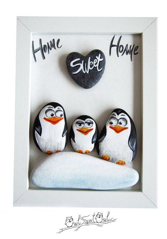 Lustige Familie Pinguine handbemalt Home Sweet Home 3-d-Grafik! Meine Hand malte 3-d-Bilder sind einzigartige Kunstwerke! Fertig zum Aufhängen, sind sie mit bemalte Kieselsteine, Zweigen und glatte Marmor Herzen gemacht. Ich Male sie mit hochwertigen Acrylfarben und jedes Element wird