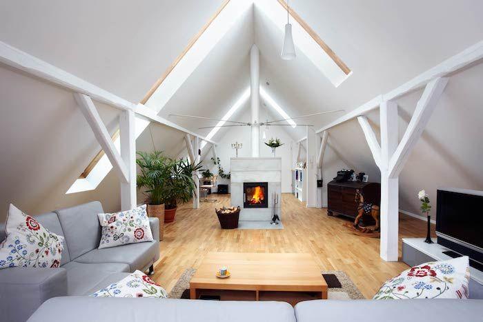 Dachschräge Gestalten Zimmerdesign Interieur Ideen Von Ikea Kissen Mit  Bunten Blumen Graues Sofa Kamin Kaminofen Im