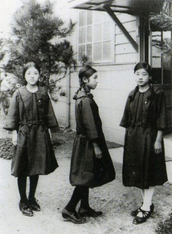 Female students in sailor suit uniforms from Taisho-era 大正時代の女子学生はセーラー服 - Japan - 1920s Nippon-Graph