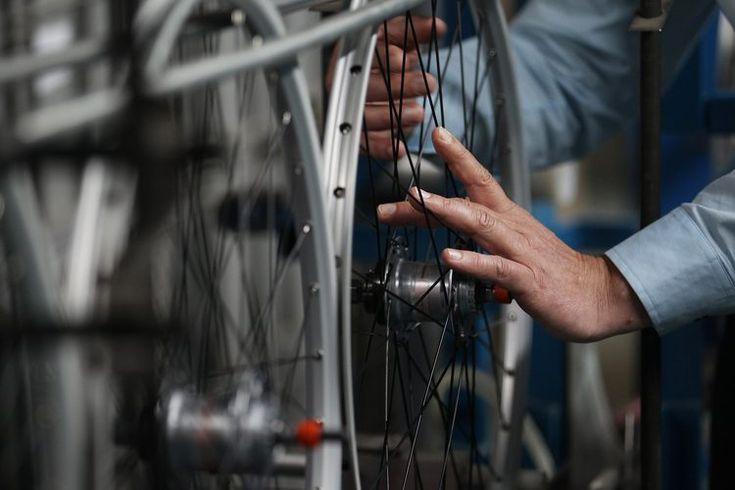 ¿Cómo limpiar las ruedas de aluminio de mi bicicleta?. La limpieza de las ruedas o rines de aluminio es un hábito importante que debes incorporar en tu rutina si acostumbras montar bicicleta muy a menudo. La acumulación de suciedad del camino, el polvo y los residuos de sal que se adhieren a la ...