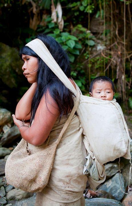 Madre tribu kogui y su bebe.