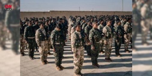 PKK'lı teröristler askeri üniforma giydi: Terör örgütü PKK'nın Sincar bölgesindeki kamplarınden yeni görüntüler ortaya çıktı. Bu görüntülerde ABD'li uzmanlar tarafından eğitildiği ileri sürülen teröristlerin kıyafetlerinin de artık değiştiği görülüyor. Son gelen fotoğraflarda PKK'lıların artık poşu ve mekapı bıraktığı onun yerine kamuflaj ve askeri teçhizatlar kullanmaya başlaması dikkat çekiyor.