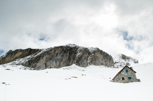 Me encontré en Panoramio esta foto de la cabañita de los Pirineos.