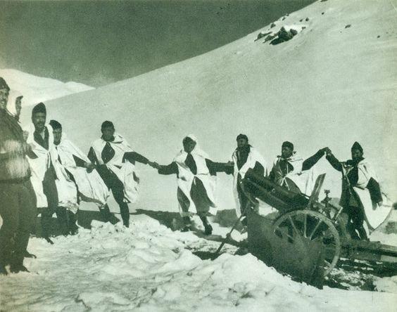 Χορός στο μέτωπο. 1940. Φωτογραφία του Λάζαρου Ακερμανίδη:«Ο Φωτογράφος της Αλβανίας». Το 1974, σε λεύκωμα του Σπύρου Μελετζή, περιλήφθηκαν κάποιες εικόνες του, αν και θα έπρεπε να περιμένουμε το 1993 και τον ιστορικό φωτογραφίας Άλκη Ξανθάκη να ανακαλύψει στην Κατερίνη το μεγαλύτερο μέρος του έργου του φωτογράφου, παρουσιάζοντας περίπου 200 φωτογραφίες σε έκθεση στην Αθήνα (Οκτώβριος του 1993). Πηγή: eteriafotografizontas.blogspot.gr