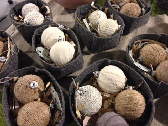 Joulupalloja, tehty Omnian nuorten työpajoilla/Kulttuuripajalla Finnsissä. Materiaalit paperi, juuttinaru, kangas. Pakkauskset ommeltu messumatosta!