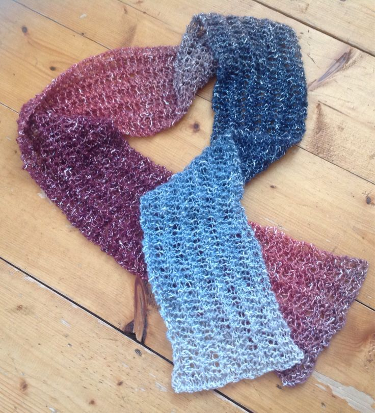 Écharpe légère en tricot dentelle ajourée. Convient à toutes les saisons   25$