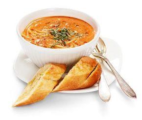 En utomordentligt god soppa som är tillräckligt fyllig för att mätta hela familjen en middag. Pastan får koka i den mumsiga soppan gjord på grädde, tomatsås och buljong. Till detta serverar du frasigt vitlöksbröd och sedan är det bara att avnjuta!