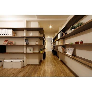 見える収納棚でデザインリフォームを (廊下)のリフォーム事例・施工例 No.B81082。玄関・廊下 壁に集成材のカウンターを埋め込み、収納としても、ディスプレイスペースとしても、フリーに活用できます。: