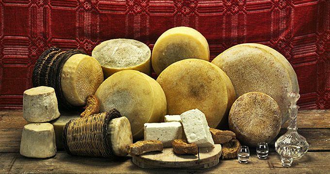 Τα Τυριά της Κρήτης  Από τη γραβιέρα και τον αθότυρο ως τη ξινομυζήθρα, τη στάκα και τη μαλάκα, τα τυριά της Κρήτης είναι ονομαστά και αγαπητά σε μεγάλο μέρος καταναλωτών.