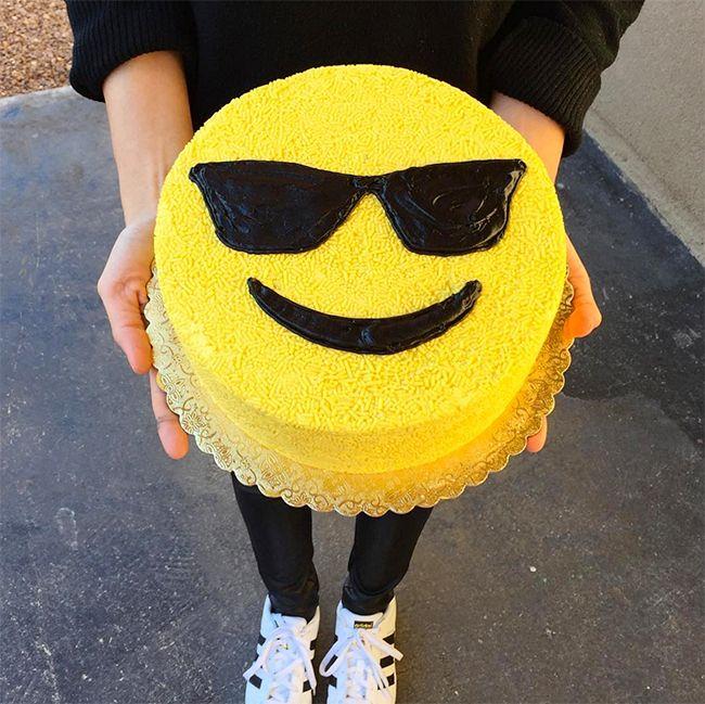 Torta emoji con lentes