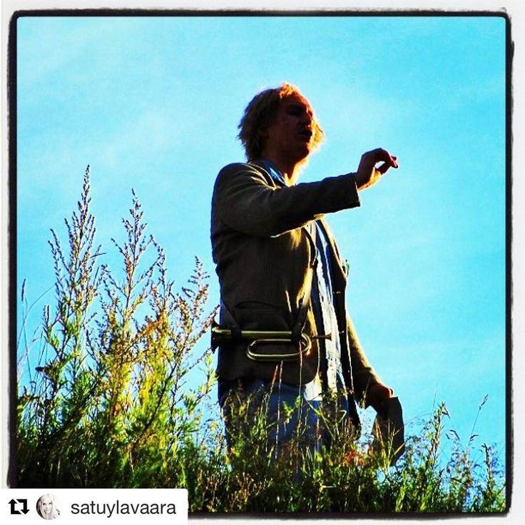 #Repost @satuylavaara with @repostapp  ・・・  #aurinko laskee torvesi taa.. #kesäyönuni #ryhmäteatteri #JuhaPulli aka #PietariPölkky jakaa tömistelevällä karjalle viimeiset ohjeet... #midsummernightsDream #kesäyönUnelma #torvi #horn .. #munteatteri #thisusFinland #theater stuff #summer #August