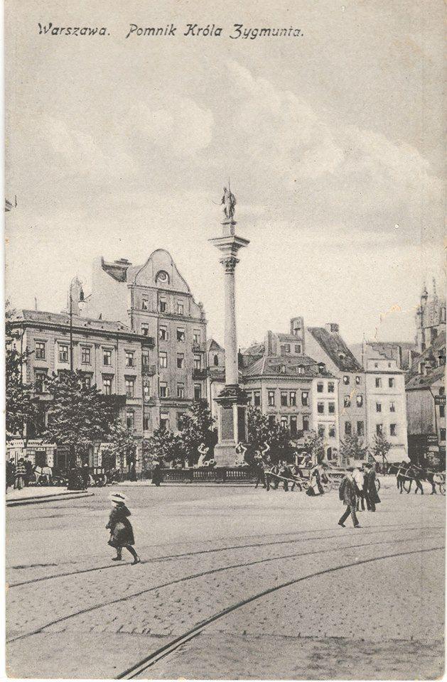 Początek XX wieku. Widok na plac Zamkowy i nieistniejące obecnie kamienice pierzei zachodniej.