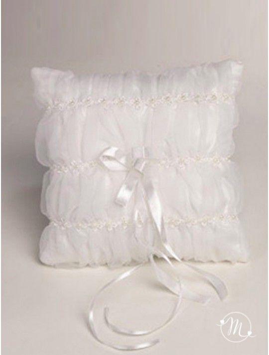 Cuscino fedi - organza plissettata. Questo cuscino fedi di colore bianco, è decorato con perline e fiorellini su veli di organza plissettata. Al centro un fiocco centrale dal quale vengono fuori due nastrini in raso a cui andranno legate le fedi. Delizioso e dallo stile moderno, esalterà il valore delle vostre fedi nuziali. Formato: 19x19 cm. In #promozione #matrimonio #weddingday #cerimonia #ricevimento #wedding #cuscino #portafedi #fedi #sconti #offerta