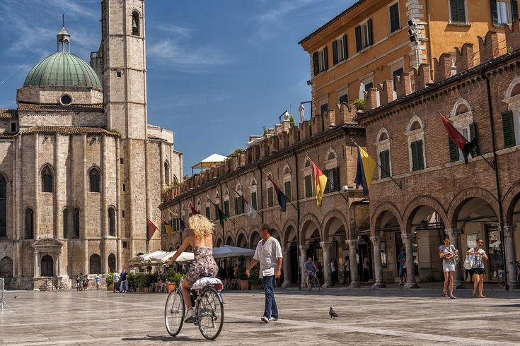 Ascoli Piceno, Piazza del Popolo, 540 km, 5 h 45 di auto, 5 h in treno, da Milano/Expo - Discover the other Italy