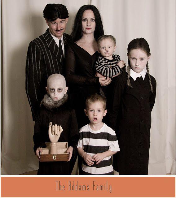 Disfraces en familia para Halloween. ¡La familia Addams al completo! Te enseñamos a hacer un disfraz de Morticia Addams y de Miércoles en MuySencillo.com