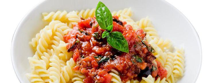 Sebzesi, sos ve baharatlarıyla parmaklarınızı yedirtecek kremalı domates soslu fusili makarna tarifi, gurme makarnaseverler için mükemmel bir seçenek!