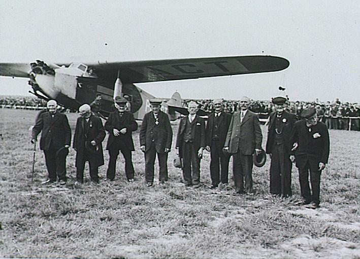 Herkent u nog mensen? B.g.v. de opening werden bejaarden van 75 tot 96 jaar genodigd voor een rondvlucht; tweede van links Peerke van den Broek, die in 1936 100 jaar zou worden; derde van rechts 'Heiske Griete', de op een na oudste inwoner van Best (de oudste was ziek), voor vliegtuig PH-ACT. Verder o.m. J.van Deursen Auteur: Fotopersbureau Het Zuiden (fotograaf)