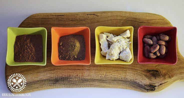 Cztery podstawowe składniki Prawdziwej Czekolady. Masło kakaowe, surowe ziarna kakaowca, sproszkowane kakao, nierafinowany cukier trzcinowy Rapadura. Właściwie można obejść się bez jednego z nich, …