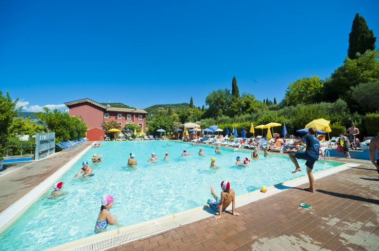 Camping Serenella bij Bardolino aan het Gardameer, Italië. Met een prachtig zwembad en veel faciliteiten, is deze mooie camping een aanrader voor vakantie met de kids! Voor meer informatie: http://gardacamp.nl/camping-serenella