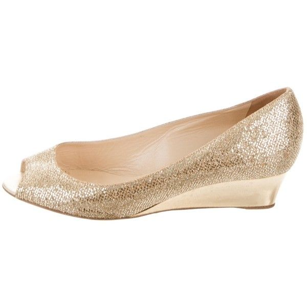 Pre-owned Jimmy Choo Metallic Peep-Toe Wedges (305 BRL) ❤ liked on Polyvore featuring shoes, gold, metallic gold shoes, gold sequin shoes, gold wedge heel shoes, gold peep toe shoes and yellow gold shoes