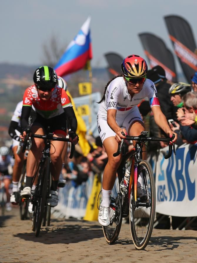 World Cup leader Lizzie Armitstead leads the bunch on the Paterberg (Getty Images Sport)