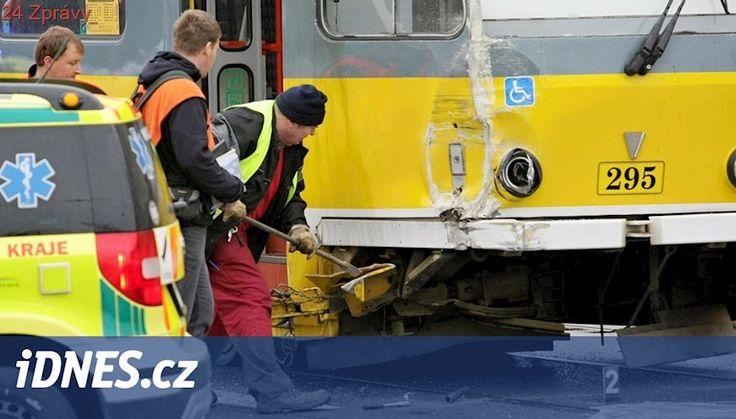 Tramvaj v Plzni narazila do boku autobusu, policisté obvinili oba řidiče