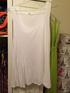 Loose-fitting white singlet