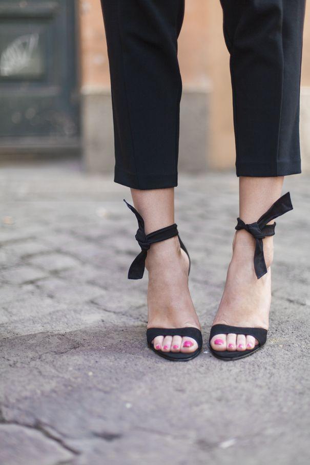 Sandali con tacco alto effetto nude ed un look casual chic!
