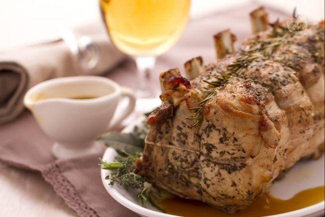 L'arrosto di maiale alla birra è un secondo piatto molto gustoso preparato con l'arista,  insaporita con la pancetta e una marinatura alla birra.