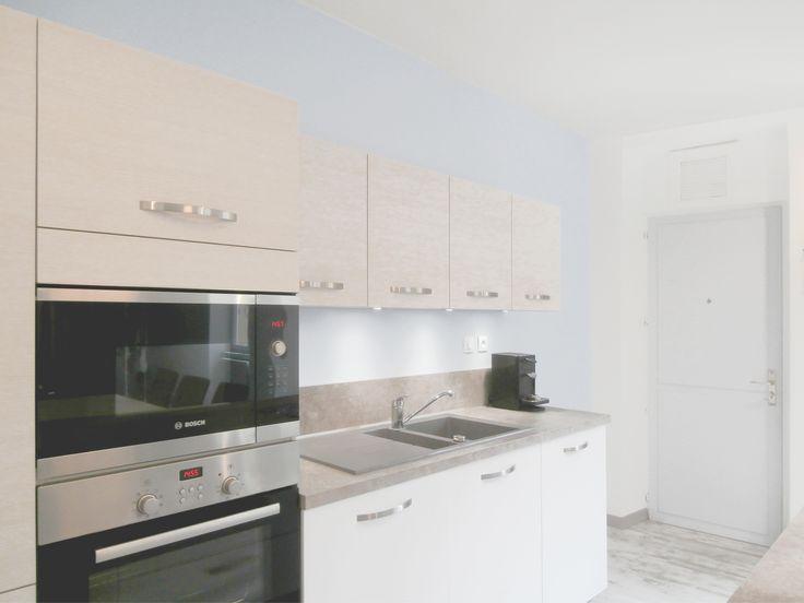 Cuisine agencée par Tiffany Gisèle Fayolle décoratrice d'intérieur TGF décoration - Lyon. Idées pour aménager une cuisine de style moderne, nordique et scandinave. îÎot central et éclairage ergonomique pour cette cuisine moderne. #kitchen #lighting #linéaire de #cuisine  #agencement #blanc #bleu #froid #iceberg