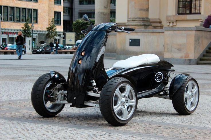 Un nuevo tipo de vehículo: moto mitad, chorro medio y está equipado con cuatro ruedas ...