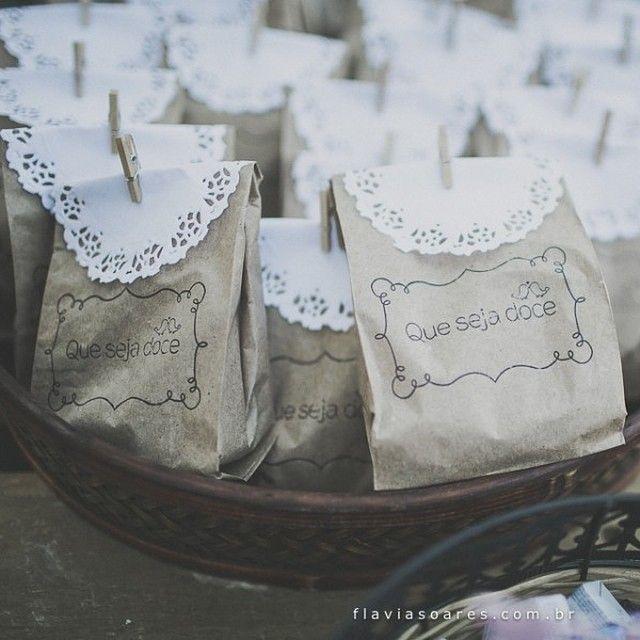 Pacotinhos com docinhos para a mesa de guloseimas ♥️ Dica: mandem fazer carimbos para o casamento. Alguns mimos DIY ficam bem legais no chá ...