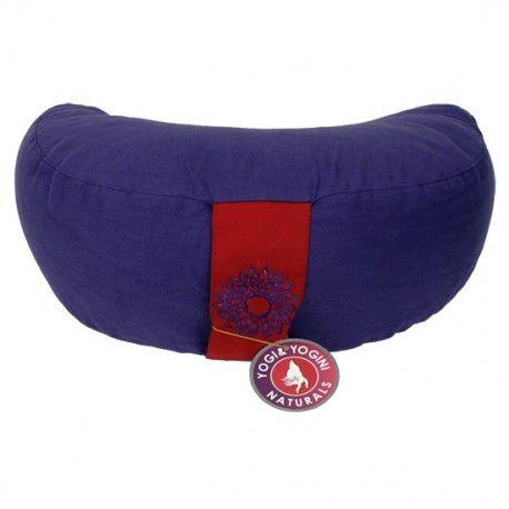 Cuscino da meditazione a mezzaluna - 7° chakra Sahasvara - con ricamo  Cuscino da meditazione a mezzaluna, con cerniera e cuscino interno.   Materiale esterno : cotone, con cerniera lampo. Cuscino interno:  cotone, imbottitura ricaricabile. Colore: viola con impugnatura rossa con simbolo del chakra ricamato.  Ricaricabile: La  pula di grano saraceno all'interno del cuscino tende a compattarsi col tempo, quindi per il vostro comfort deve essere ricaricata.    Dimensioni33x13 cm Peso1300