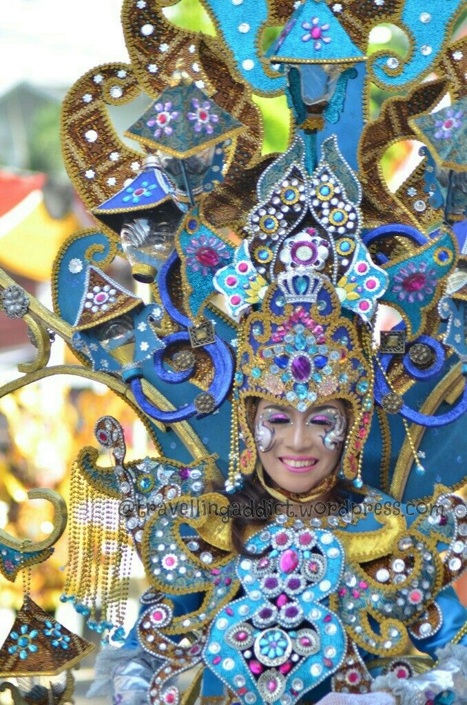 Besides 10 theme, Jember Fashion Carnival also has provincial themes. Like this one, is from Riau i think. Shown by colourful stone accessories in chest & head, as well as the cinderella cart lamp.  http://travellingaddict.wordpress.com #waci #jemberfashioncarnival #jemberfashioncarnival2016 #jff #jff2016 #wonderfulindonesia #visitindonesia #indonesia #jember #travel #instatravel #carnival #carnivalindonesia #worldcarnival #nikon #nikond7000 #dynandfariz