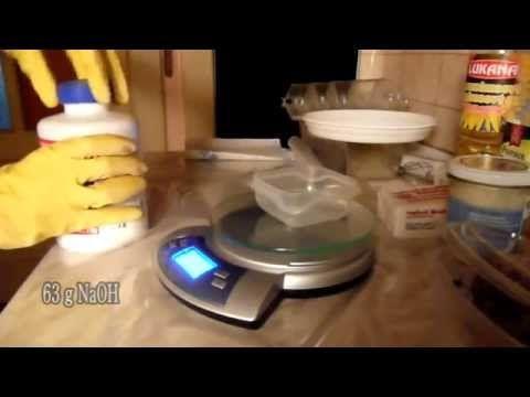 Výroba mýdla. Ukázka jak vzniká domácí mýdlo. Pokud se chystáte na vlastní výrobu mýdla, mějte na paměti, že se pracuje s louhem hydroxidem sodným, proto pou...