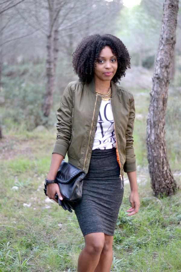 Vert bois Lironsdelle blog #Blogueuse afro #blogueuse #france #natural hair #team natural #mode #look #basic #simple #look #mode#trend#kinky #curly #hair #wash and go #kinky coily #hair #4a #4b #trend #bomber #kaki #jupe crayon #pochette #tshirt #basket