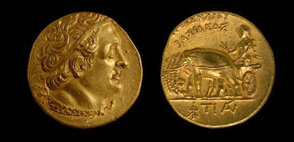 Il profilo di Tolomeo I, fondatore dell'ultima dinastia di faraoni d'Egitto nel 304 a.C., appare su un lato della moneta d'oro recuperata dalle rovine sommerse di Candia (per i graci Iraklio), un importante centro commerciale dell'antichità. Sul retro la moneta raffigura Alessandro il Grande, il sovrano macedone che conquistò l'Egitto nel 332 a.C., su un carro trainato da quattro elefanti, brandendo fulmini nella mano destra.
