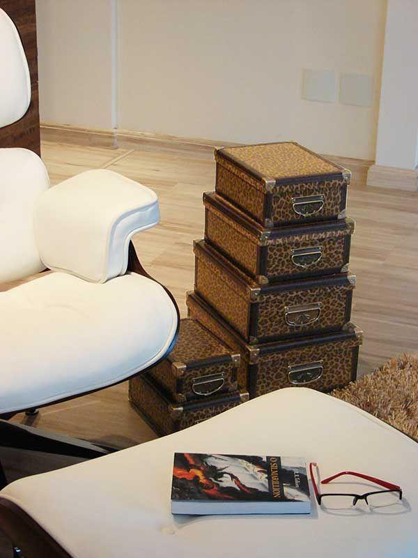 Uma pilha de caixas pode servir como mesa de apoio e ainda guardar diversos itens, como revistas, catálogos, material de artes manuais e tudo o mais que você curte fazer no seu cantinho preferido.