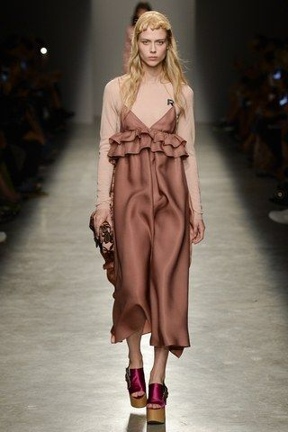 See the complete Rochas Spring 2017 Ready-to-Wear collection.