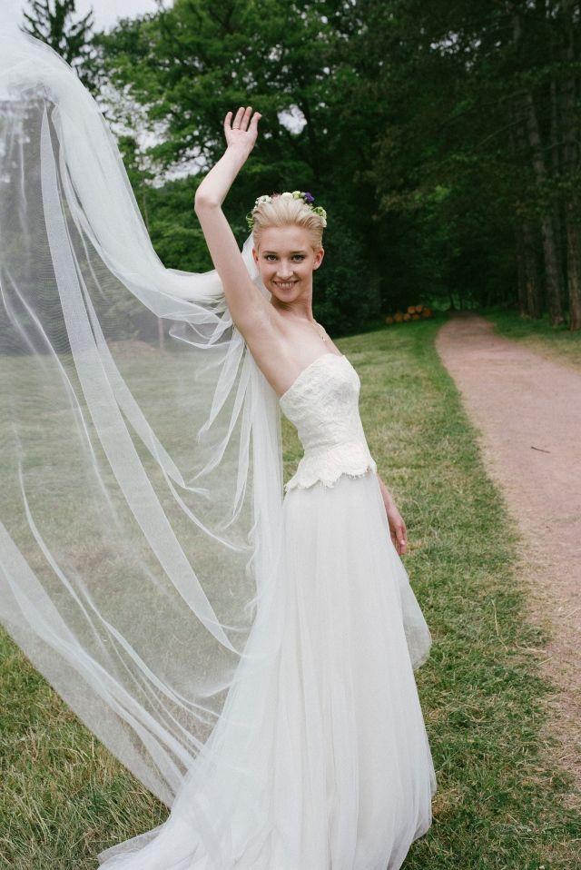 #real #wedding #bruiloft #weddingdress #trouwjurk #bride #bruid #sluier #vintage   Trouwen op Schloss Saareck in Mettlach   ThePerfectWedding.nl
