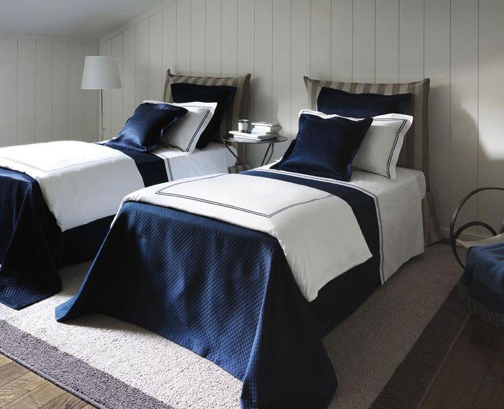 Decorare in bianco e blu FRETTE Collezione 2015: copriletto in cotone piqué blu modello Melody e completo letto e duvet in percalle bianco con ricamo blu modello Hotel.
