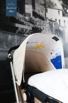Jeden Tag Sonnenschein im Kinderwagen: mit dem austauschbaren Innenverdeck mit Alster, Alsterdampfer, Hamburg Fernsehturm, Enten, Schwäne, Möve und Sonne wird jeder Kinderwagenbezug - ob Bugaboo oder andere Marken - individuell verwandelt. Das perfekte Geschenk zur Geburt: wunderschöne Kinderzimmer to go.Einfach mit Klettverschluss befestigen. Babys schönstes Spielzeug! Tolle Ergänzung zur Kinderwagenkette.