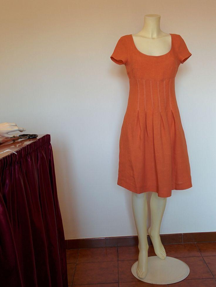 Abito di lino puro, colore arancione, lampo dietro,  Si può vestire con una camicia o maglietta,  Lungezza del vestito è 95 cm