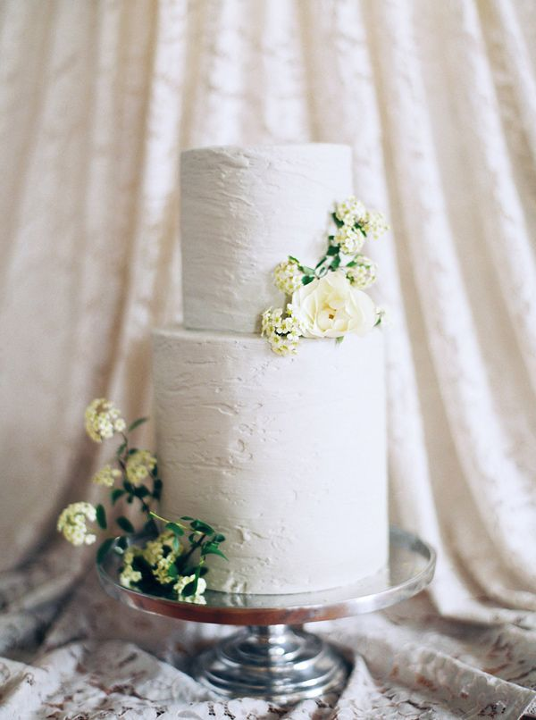 minimalist white wedding cake - photo by Loft Photography